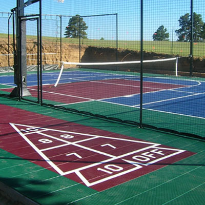 Home basketball court backyard putting greens home for Surface terrain de tennis
